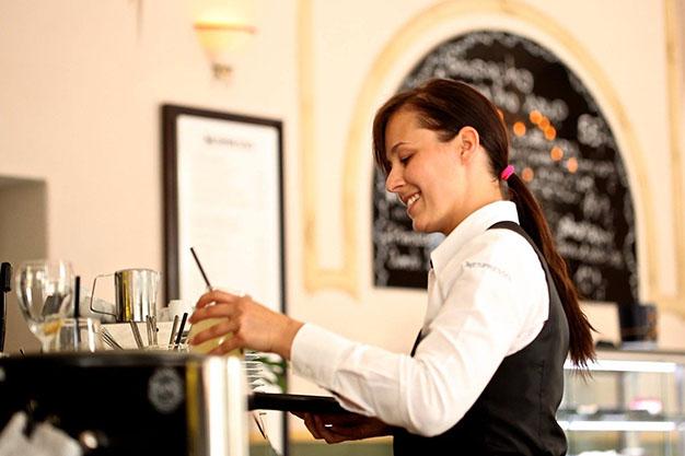 come si veste un cameriere